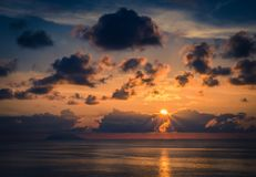 Vista aérea de la puesta del sol del mar, de los rayos asombrosos hermosos de la sol, paisaje marino, horizonte sin fin del horiz fotografía de archivo libre de regalías