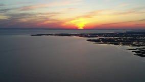 Vista aérea de la puesta del sol sobre la bahía de Delaware almacen de metraje de vídeo