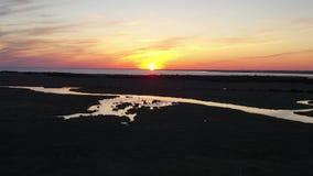 Vista aérea de la puesta del sol sobre la bahía de Delaware metrajes