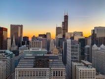 Vista aérea de la puesta del sol sobre el paisaje urbano de Chicago foto de archivo libre de regalías