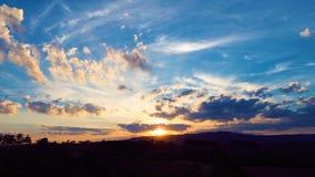 Vista aérea de la puesta del sol de un campo con los rayos de sol del bosque foto de archivo libre de regalías