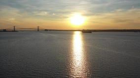 Vista aérea de la puesta de sol sobre el río Wilmington de Delaware almacen de metraje de vídeo