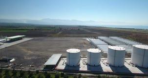 Vista aérea de la refinería del petróleo y gas almacen de metraje de vídeo