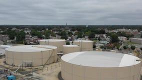 Vista aérea de la refinería de la orilla del río almacen de metraje de vídeo
