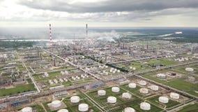 Vista aérea de la refinería de petróleo metrajes