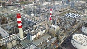 Vista aérea de la refinería de petróleo almacen de metraje de vídeo