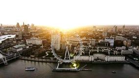 Vista aérea de la rueda icónica 4K de la observación del ojo de Londres de la orilla Imagenes de archivo