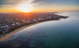 Vista aérea de la salida del sol en Brighton Beach que muestra el suburbio y Imagen de archivo libre de regalías