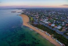 Vista aérea de la salida del sol en la costa costa de Brighton Beach con la playa BO Imagen de archivo