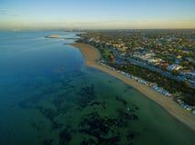 Vista aérea de la salida del sol en la costa costa de Brighton Beach con la playa BO Imagen de archivo libre de regalías