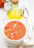 Vista aérea de la sopa del gazpacho con aceite y la cuchara en el cuenco blanco Imágenes de archivo libres de regalías