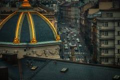 Vista aérea de la tarde de Praga de los coches en el tráfico imagen de archivo libre de regalías