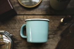 Vista aérea de la taza azul en la tabla de madera a fotos de archivo libres de regalías