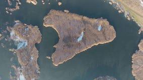 Vista aérea de la tierra y del agua almacen de metraje de vídeo