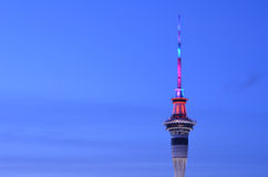 Vista aérea de la torre del cielo de Auckland en colores en la oscuridad Fotografía de archivo