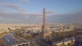 Vista aérea de la torre Eiffel almacen de metraje de vídeo