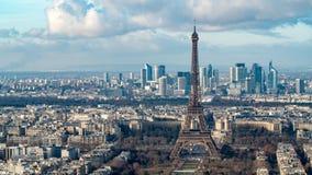 Vista aérea de la torre Eiffel y del distrito financiero de la defensa del La en París Fotos de archivo libres de regalías