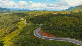 Vista aérea de la trayectoria torcida del camino en la montaña Foto de archivo libre de regalías