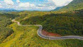Vista aérea de la trayectoria torcida del camino en la montaña, tiro del abejón Imagen de archivo libre de regalías