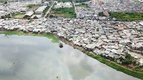 Vista aérea de la vecindad de los tugurios en orilla del lago Imagen de archivo libre de regalías
