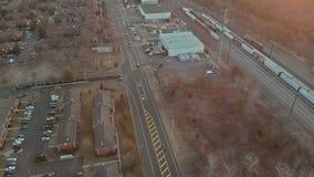Vista aérea de la vecindad residencial en los suburbios en la puesta del sol almacen de metraje de vídeo