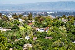 Vista aérea de la vecindad residencial; San Francisco Bay visible en el fondo; Redwood City, California imagen de archivo libre de regalías