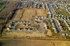 Vista aérea de la vecindad residencial típica Foto de archivo libre de regalías