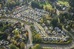 Vista aérea de la vecindad suburbana brillante Imágenes de archivo libres de regalías