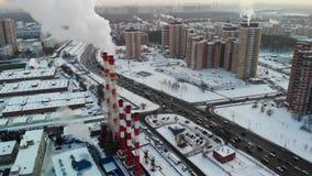 Vista aérea de la zona industrial con los tubos rojos y blancos grandes con el humo blanco El humo se vierte del tubo de la fábri almacen de video