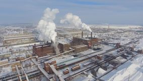 Vista aérea de la zona industrial en invierno metrajes