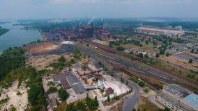 Vista aérea de la zona industrial y del parque tecnológico cerca del río metrajes