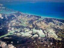 Vista aérea de lagoas e de costa do Bahamas no teste padrão marbleized imagens de stock