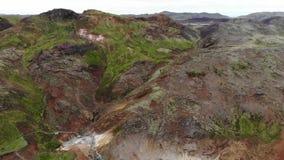 Vista aérea de las aguas termales y de los respiraderos geotérmicos del vapor, península de Reykjanes, Islandia de Krysuvik metrajes