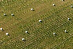 Vista aérea de las balas de heno en el campo foto de archivo libre de regalías