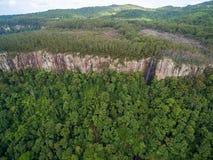 Vista aérea de las caídas del arco iris y del acantilado rugoso Fotos de archivo libres de regalías