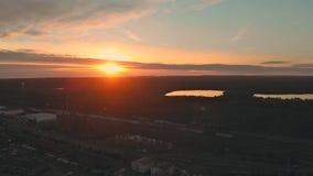 Vista aérea de las casas residenciales en la vecindad americana, tiros del abejón del suburbio, puesta del sol desde arriba almacen de metraje de vídeo