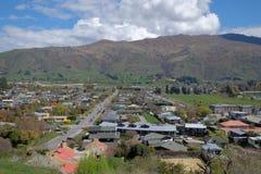 Vista aérea de las casas y de los hogares de ciudad de Wanaka en Nueva Zelanda foto de archivo libre de regalías