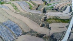 Vista aérea de las colinas del campo de granja, valle colgante con agricutlure masivo fotos de archivo