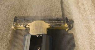 Vista aérea de las cosechadoras y de los tractores que trabajan en un campo de trigo grande, una máquina segador en un campo de t almacen de video