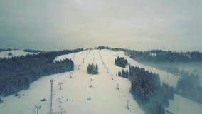 Vista aérea de las cuestas y de los remontes del esquí alpino en invierno Las montañas de Tatra Imagen de archivo libre de regalías