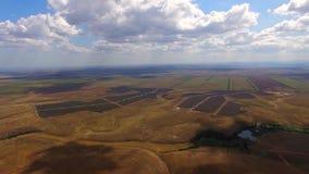 Vista aérea de las estaciones de la energía solar en medio de almacen de metraje de vídeo