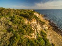 Vista aérea de las formaciones de la piedra arenisca en la costa costa negra de la roca en s Foto de archivo libre de regalías