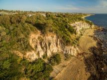 Vista aérea de las formaciones de la piedra arenisca en la costa costa negra de la roca en s Imagenes de archivo