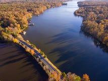 Vista aérea de las hojas y de los colores de la caída alrededor de un lago fotografía de archivo libre de regalías