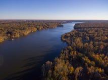 Vista aérea de las hojas y de los colores de la caída alrededor de un lago imágenes de archivo libres de regalías