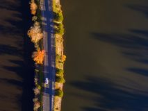 Vista aérea de las hojas y de los colores de la caída alrededor de un lago fotografía de archivo