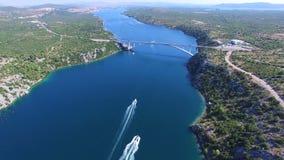Vista aérea de las lancha de carreras que se acercan al puente sobre el canal dálmata, Croacia almacen de metraje de vídeo