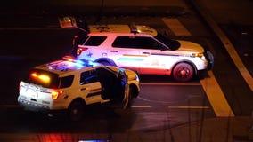 Vista aérea de las luces de emergencia rojas y azules de coches policía metrajes