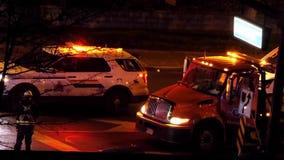 Vista aérea de las luces de emergencia rojas y azules de los coches policía y de la gente que hacen llamada de teléfono almacen de metraje de vídeo