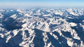 Vista aérea de las montañas de las montañas bajo Italia, Austria y avión suizo de la forma, vídeo de la cantidad 4k almacen de metraje de vídeo
